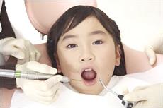 乳幼児期からの検診、歯のクリーニングのイメージ